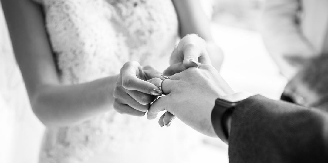 結婚式で指輪交換している