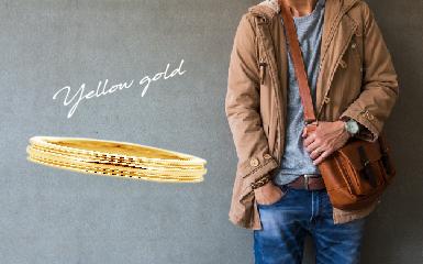 イエローゴールドの結婚指輪と男性ファッションのコーディネート
