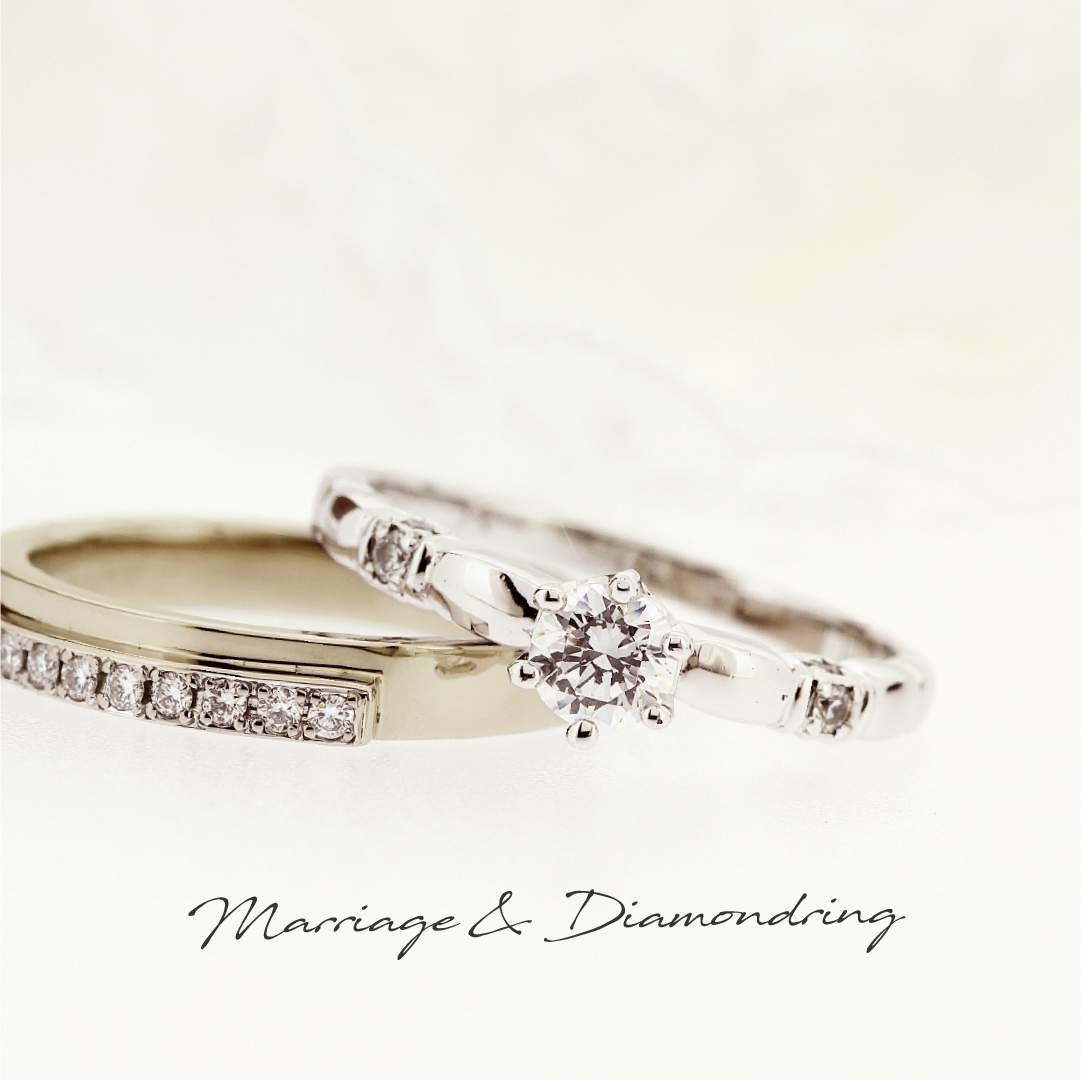 センターダイヤから少し離れたアーム部分に1ピースずつメレダイヤを留めたプラチナの婚約指輪と、メレダイヤを並べたハニーゴールドのストレートの結婚指輪です。
