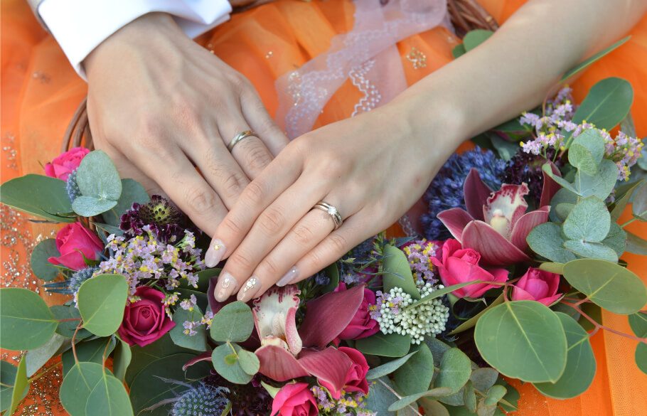 結婚式で指輪を着けたふたりの手元
