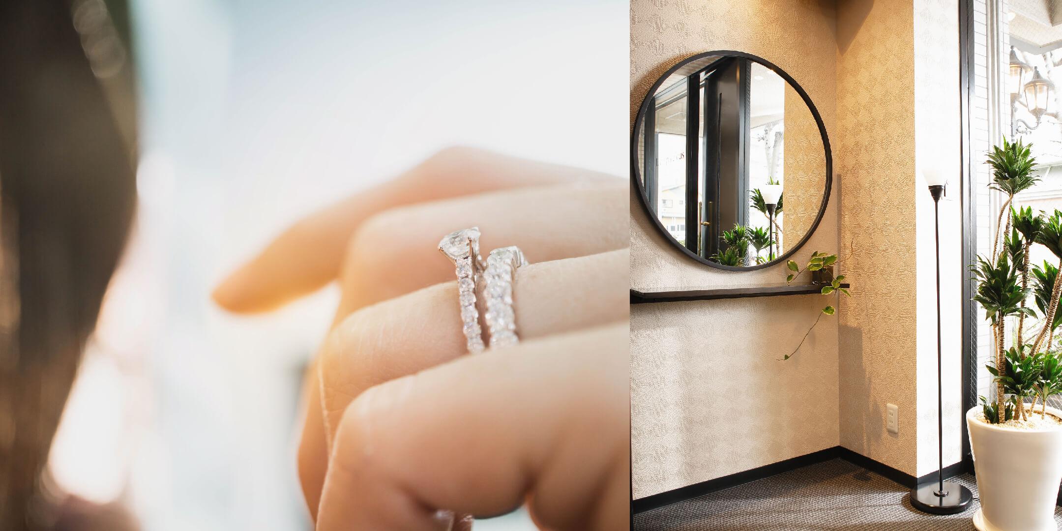 エタニティリングと婚約指輪を重ねづけした手元と、店内にある試着用の大きな鏡です。