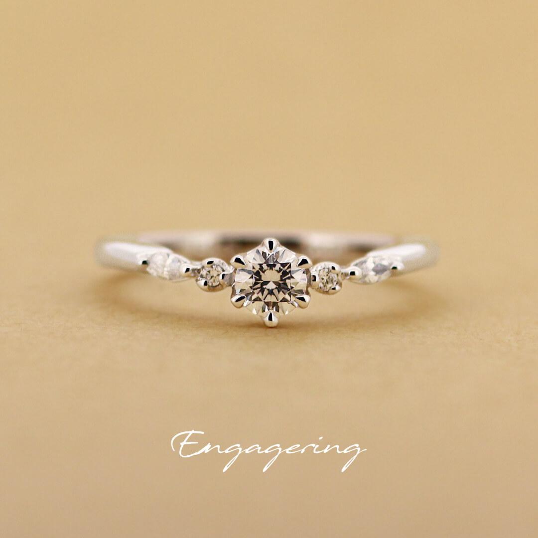 脇石にマーキスカットのダイヤモンドをあしらった、ブイラインの婚約指輪です。