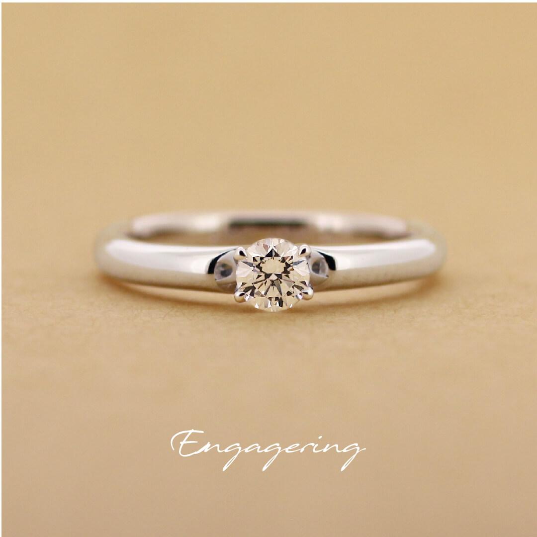 高さを抑えた、1粒タイプのストレートラインの婚約指輪です。