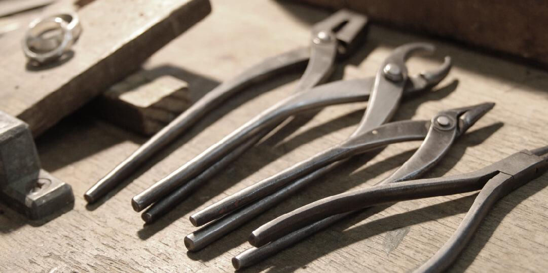 指輪の加工をする工具類が並んでいる。