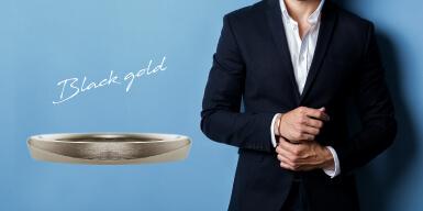 ブラックゴールドの結婚指輪と男性ファッションのコーディネート