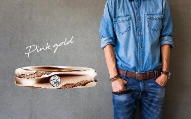 ピンクゴールドの結婚指輪と男性ファッションのコーディネート