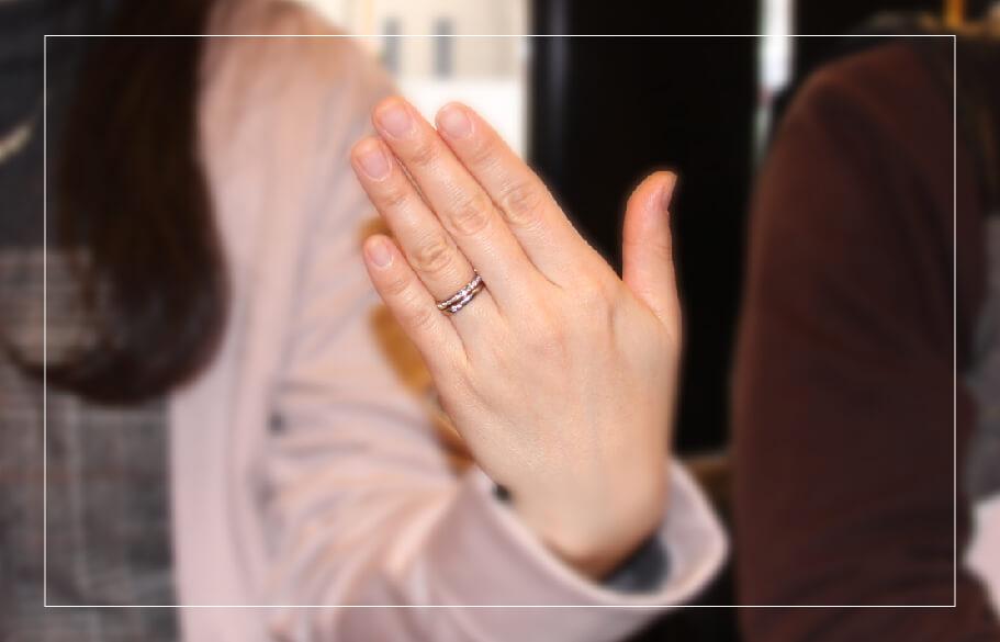 結婚指輪とエタニティを重ね付けした手元