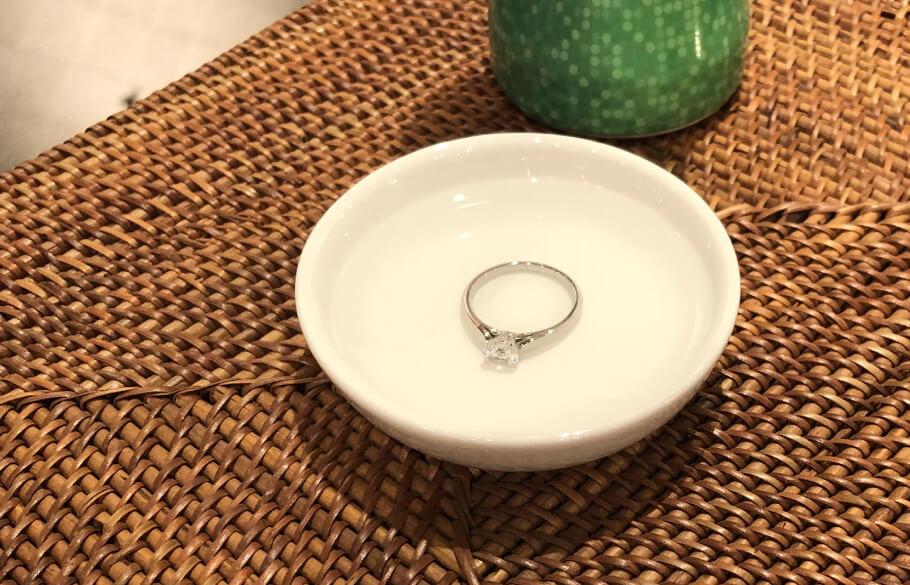 指輪を洗剤の溶かしたお湯に付け込んでいる様子