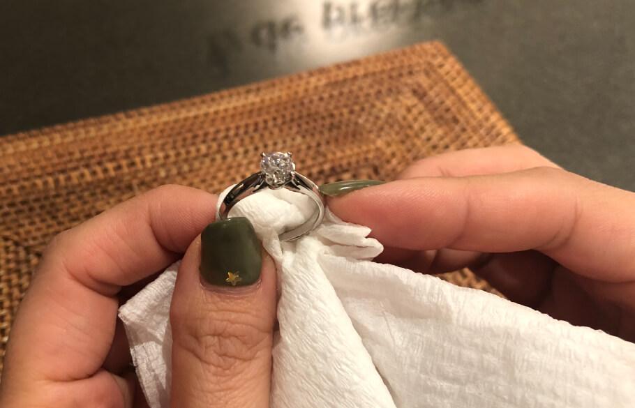 洗浄の終わった指輪を拭いている様子