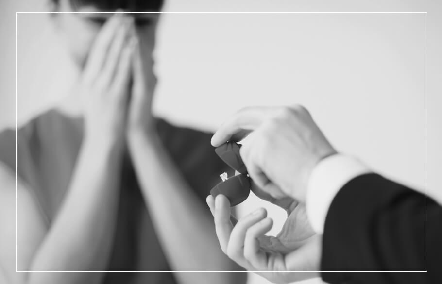 サプライズプロポーズで指輪をプレゼントしているイメージ画像