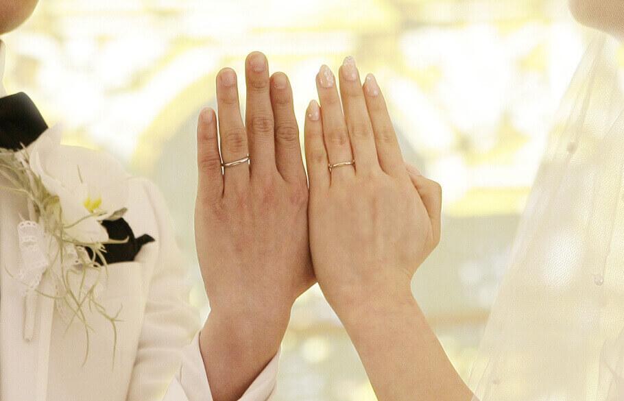 結婚式で指輪の交換をしたカップルの手元