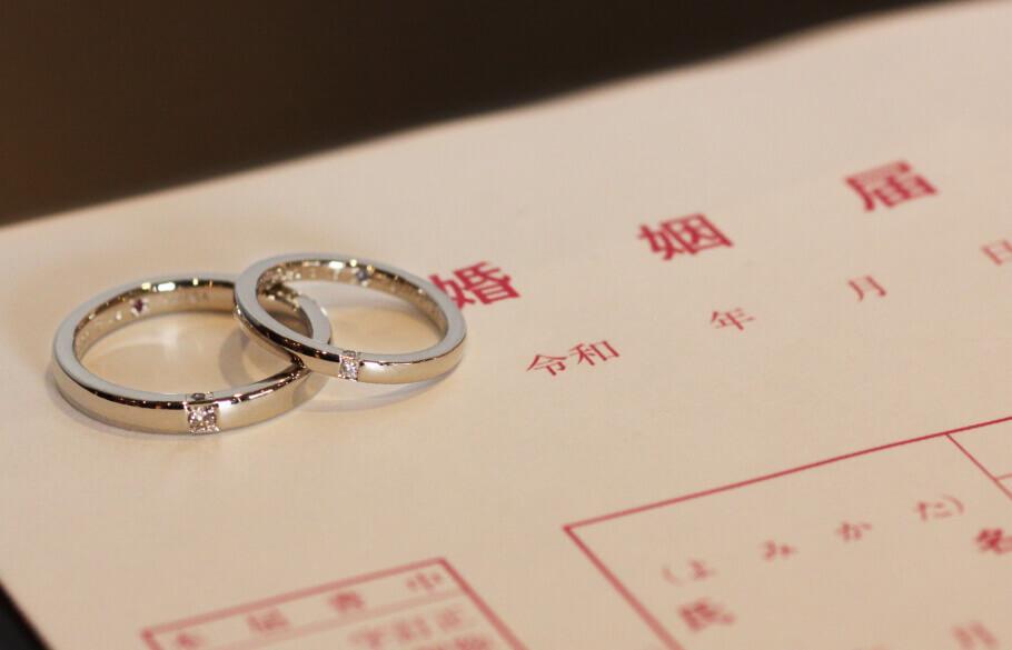 婚姻届の上に置いた結婚指輪