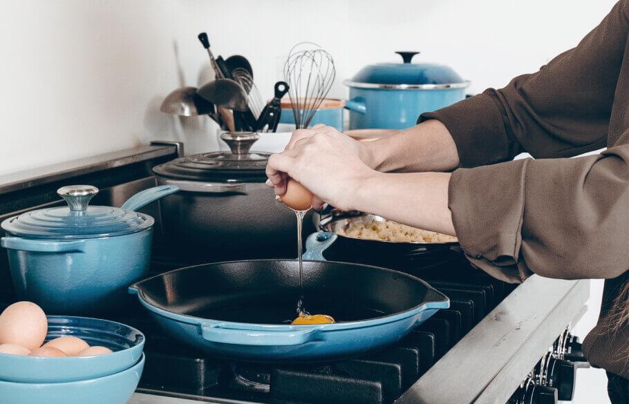 料理をしている日常の光景