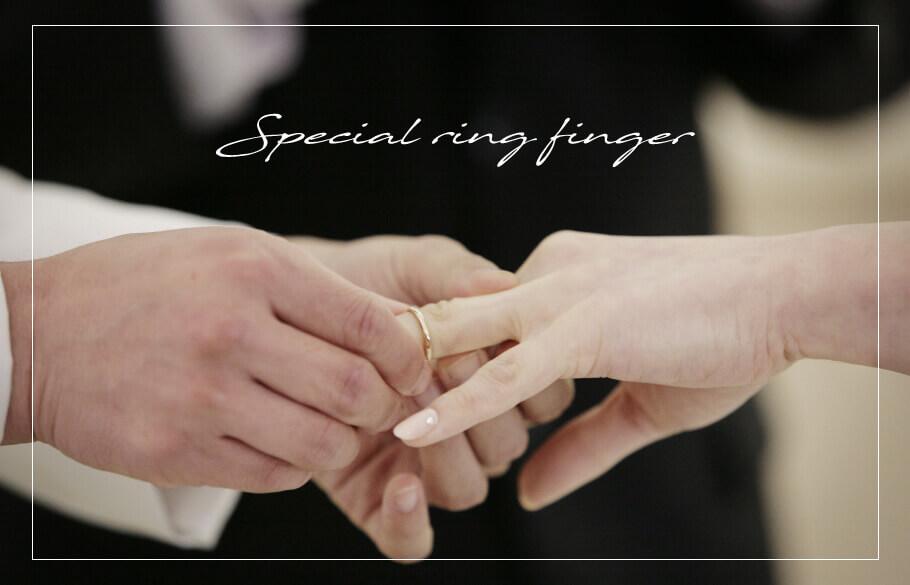結婚指輪 なぜ左の薬指に着けるの?