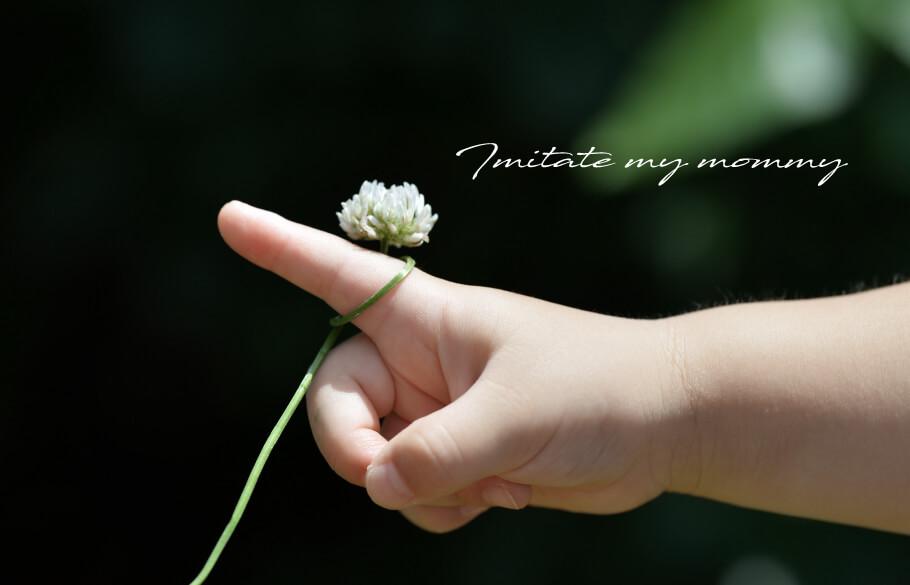 花の指輪を着けた子供の手